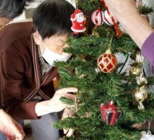 みんなでクリスマスツリーの飾りつけ🎄