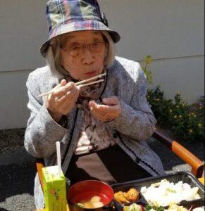 4月11日お天気も良く手づくり弁当を施設の外で食べました(〃艸〃)ムフッ